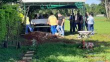 Dor, angústia e choro: família enterra Samuel em meio a louvores e oração
