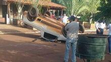 Motorista de saveiro capota após bater na traseira de carro estacionado