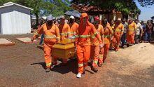 Amigos usam uniforme em enterro de jovem morto por afogamento