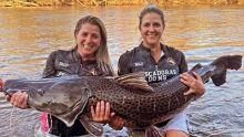 Vídeo: irmãs pescam peixe gigante em rio de Fátima do Sul