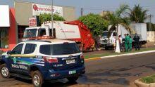 Gari acaba com fratura exposta ao ser prensado por dois caminhões