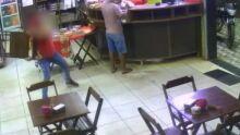 Vídeo: funcionário mete cadeirada em bandido durante assalto