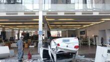 Carro despenca do terceiro de andar de loja e deixa três feridos