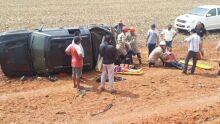 Rapaz perde controle de caminhonete e capota com quatro pessoas da mesma família em MS