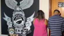 Casal é preso com pasta base de cocaína e homem joga droga pelo muro para tentar escapar