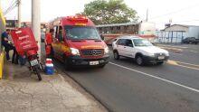 Motociclista se enfia entre carro e ônibus, cai e quase é esmagado na Ceará