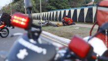Motociclista perde controle da direção e cai sozinho em canteiro na Duque de Caxias