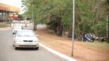 Moradores de rua que residem debaixo de pontilhão são retirados para obras da prefeitura