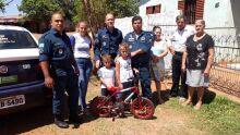 Criança que sonha em ser policial ganha bicicleta de PMs