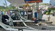 Carro explode em posto de gasolina e duas pessoas ficam feridas