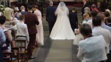 Noiva cadeirante emociona ao entrar andando em casamento