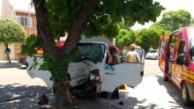 Motorista bate caminhão em árvore e sai com tornozelo quebrado em Corumbá