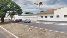 FOLGADO: caminhão 'rapa' lateral de carro na Vila Alba e motorista foge