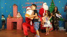 Encanto do Natal: crianças recebem presentes e visita do 'bom velhinho' no Caiobá