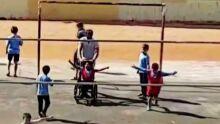 VÍDEO: criança cadeirante marca pênalti com ajuda de professor e até jogador Romário vibra