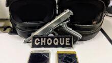 Dupla em moto foge do Choque, cai e é presa com réplica de pistola no Aero Rancho