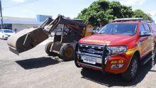 Tratorista desvia de motociclista descontrolado e atropela funcionário