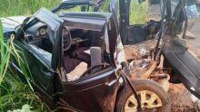 Três pessoas saem ilesas de batida entre caminhonete e carro de passeio