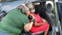 Idosos são vacinados contra H1N1 sem sair do carro em Campo Grande