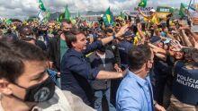 DE NOVO: Sem máscara, Bolsonaro cumprimenta apoiadores na Esplanada