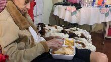 Idosa só com salsicha pra comer tem corrente nacional de doação e solidariedade