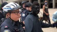 Com 'blackface', homem é preso em protesto contra racismo