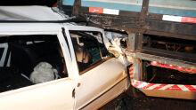 Carro fica destruído após motorista bater na traseira de caminhão na MS-306