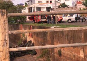 Motorista morre ao cair em córrego e ter caminhonete crivada de balas em Campo Grande