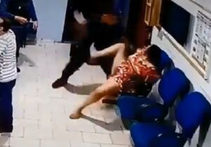 VÍDEO: mulher presa por desacato leva surra de policial militar, mesmo algemada
