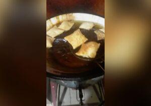 Em lanchonete na 14 de Julho, pastel é frito em óleo preto, tem barata e 'recheio de racismo'