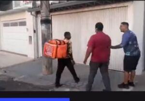 Vídeo: motoboys depredam casa de cliente que pedia comida e dizia que não foi entregue