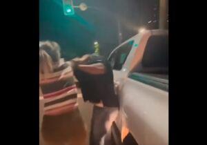 Vídeo: mulher 'resgata' homem de bebedeira em conveniência e aplica surra na Arthur Jorge