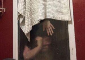 Jovem se tranca no banheiro para não ser assassinada
