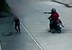 Bandidos apontam arma e levam celular de mulher na Carlota