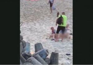 Vídeo: banhista bolado desce a chinelada em casal que fazia sexo na praia