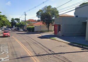 Dona de loja é cercada por quadrilha e tem veículo roubado em Campo Grande