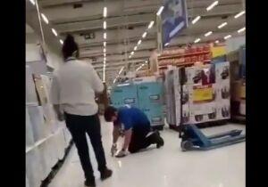 Vendedor é humilhado e obrigado a limpar chão no Carrefour de Campo Grande (vídeo)