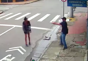 VÍDEO: homem mata moradora de rua a tiros após pedido de R$ 1