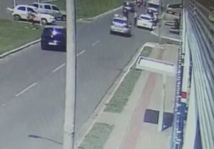 VÍDEO: carro atropela pedestre e acerta traseira de outro veículo na Guaicurus