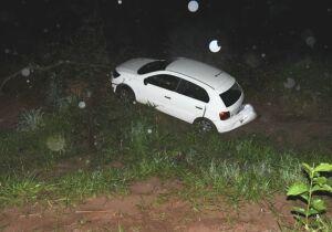 Motorista perde controle da direção, sai da pista e é socorrido por moradores