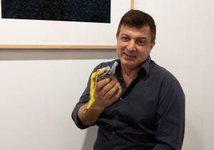 Artista come banana vendida como obra de arte por 120 mil dólares que estava exposta em feira