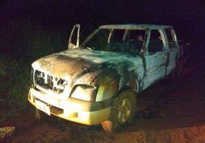 Após sequestro, assaltantes roubam caminhonete e ateiam fogo