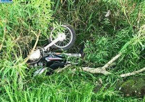 Motociclista perde controle do guidão e cai em córrego