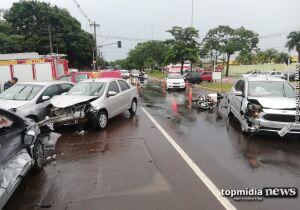 Motorista fura sinal, causa engavetamento e fica preso às ferragens na Costa e Silva
