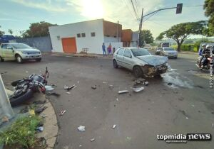 Motociclista avança sinal, bate em carro e 'voa' em poste no Taquarussu