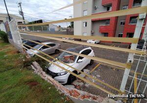 Mulher confunde pedais e bate veículo em muro em Campo Grande