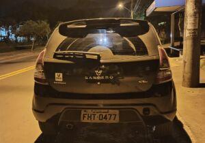 Dupla assalta motorista de aplicativo, rouba carro e acaba presa