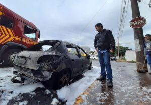 """""""É desesperador, estou pagando as parcelas ainda"""", diz trabalhador ao ver carro pegando fogo"""