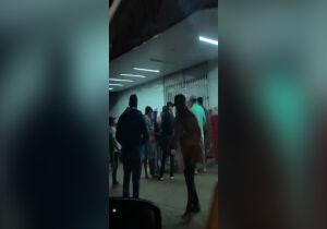 VÍDEO: som 'rola solto' em conveniência e moradora denuncia aglomeração no Nova Lima