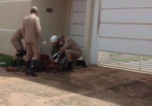 Jovem leva quatro tiros na porta de casa no Zé Pereira